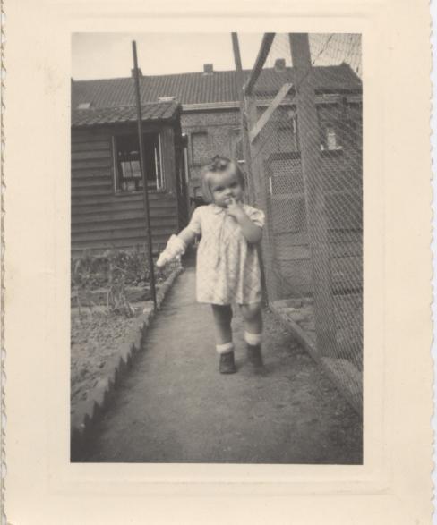 viviane petite devant sa maison de tourcoing rue montaigne