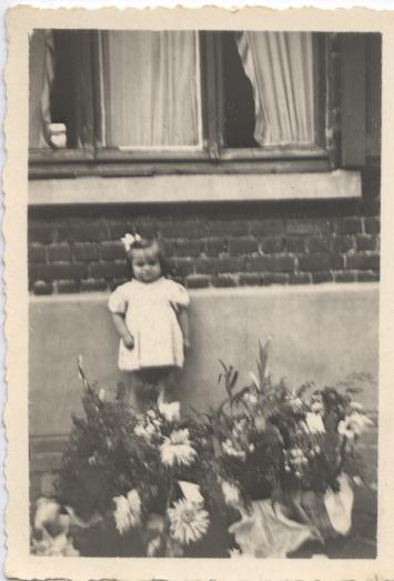 viviane petite devant sa maison de tourcoing rue montaigne2