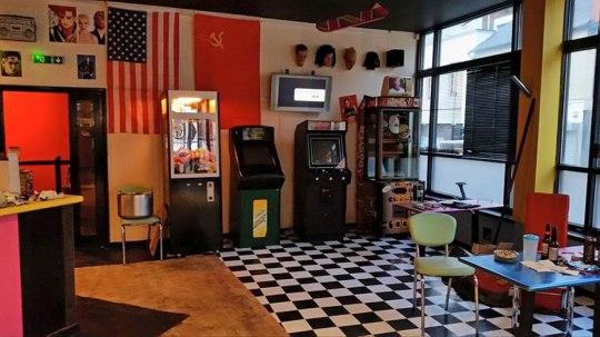 retour-vers-le-futur-des-fans-ouvrent-la-replique-du-cafe-80-en-angleterre-2